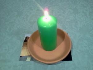 Se enciende la vela para dar energía al ritual