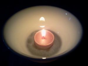 vela de incienso encendida en el amarre de amor